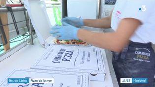 Pourquoi ne pas commander une pizza lors d'une sortie en mer ? C'est ce que permet depuis plusieurs années une entreprise qui a transformé un catamaran en bateau à pizza. Une expérience unique à découvrir aux abords des iles de Lérins, dans les Alpes-Maritimes. (France 3)