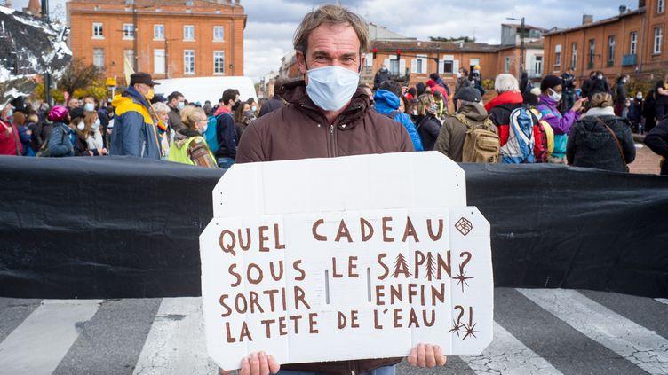 La crise sanitaire a plongé de nombreuses familles dans la précarité. Photo d'illustration d'un manifestant, le 5 décembre 2020 à Toulouse, lors de la journée unitaire contre la réforme de l'assurance chômage et la précarité. (PATRICIA HUCHOT-BOISSIER / HANS LUCAS / HANS LUCAS VIA AFP)