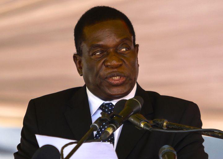 Emmerson Mnangagwa, lors d'une cérémonie funéraire, à Harare (Zimbabwe). (JEKESAI NJIKIZANA / AFP)