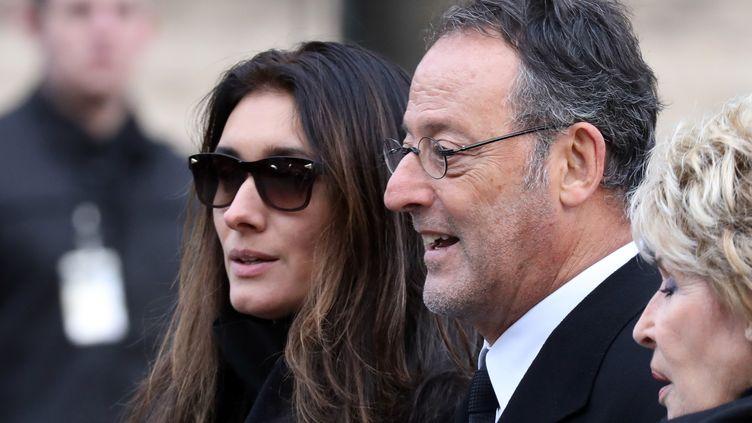 Le cinéaste Jean Reno et son épouse, la modèle britannique Zofia Borucka, assistent à la cérémonie d'hommage à Johnny Hallyday, le 9 décembre 2017 à Paris. (LUDOVIC MARIN / AFP)