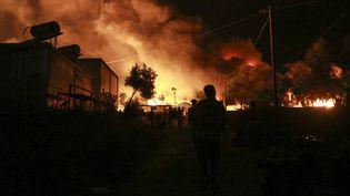 Le camp de Moria sur l'île de Lesbos en proie aux flammes, le 9 septembre 2020. (MANOLIS LAGOUTARIS / AFP)