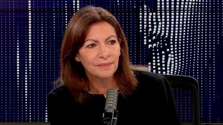"""Anne Hidalgo, candidate PS à la présidentielle 2022, était l'invitée des """"matins présidentiels"""" de franceinfo lundi 25 octobre. (FRANCEINFO / RADIOFRANCE)"""