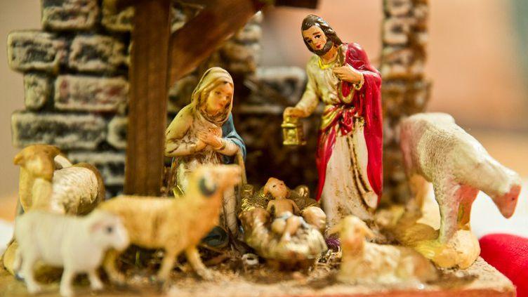 Une crèche de Noël sur une table àGrosbliederstroff (Moselle), le 24 décembre 2013. (DANIEL KARMANN / DPA / AFP)