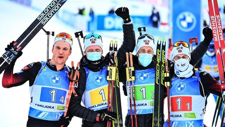 L'équipe de Norvège au sommet pour ce relais masculin des Mondiaux de biathlon à Pokljuka en Slovénie.  (JOE KLAMAR / AFP)
