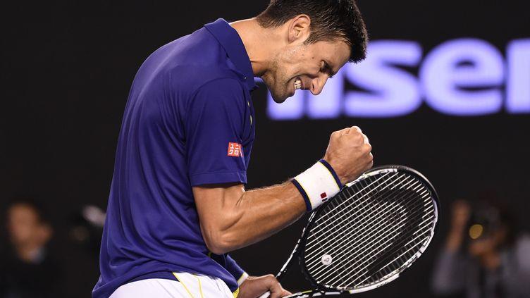 Novak Djokovic serre le poing après avoir remporté un point face à Andy Murray en finale de l'Open d'Australie le 31 javnier 2016 à Melbourne. (WILLIAM WEST / AFP)