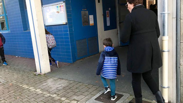 Une mère et son enfant devant une école de Quimper. (SIXTINE LYS / RADIOFRANCE)