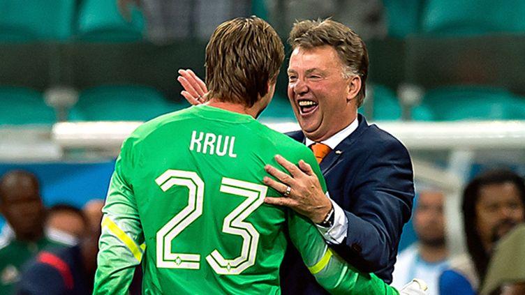 Louis Van Gaal félicite son gardien Tim Krul après les tirs au but contre le Costa Rica (ROBERTO MAYA / MEXSPORT)