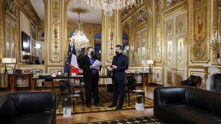 Emmanuel Macron reçoit l'historien Benjamin Stora à l'Elysée, le 20 janvier 2021, à l'occasion de la présentation de son rapport sur la mémoire de la colonisation et de la guerre d'Algérie. (STEPHANE LEMOUTON / SIPA)