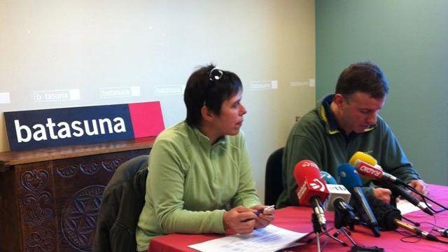 Deux membres du mouvement Batasuna, Maite Goyenetxe et Jean-Claude Aguerre, lors de l'annonce de la dissolution du mouvement, le 3 janvier 2013 à Bayonne (Pyrénées-Atlantiques). (FRANCE 3 EUSKAL HERRI)