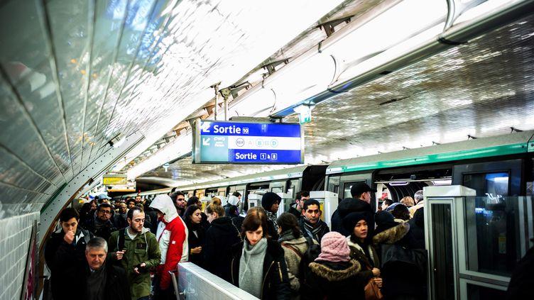 Le trafic était encore très perturbé dans le métro parisien, ici à la station Châtelet, le 16 décembre 2019. (MARTIN BUREAU / AFP)