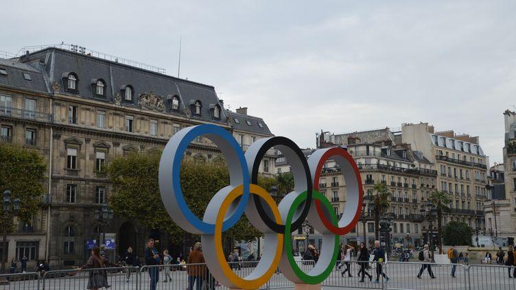 Les anneaux olympiques devant l'hôtel de ville de Paris, le 18 octobre 2017. (ALPHACIT NEWIM / CROWDSPARK / AFP)
