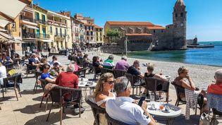 Dans le département des Pyrénées-Orientales, comme ici à Collioure, les restaurants, cafés et bars vont de nouveau devoir fermer à 23 heures, à partir du dimanche 19 juillet. (CHRISTOPHE PETIT TESSON / MAXPPP)