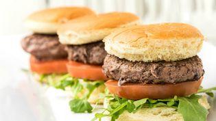 De l'ADN de cheval a été découvert dans des hamburgers au bœuf fabriqué au Royaume-Uni et en Irlande. (JUAN MONINO/GETTY IMAGES)