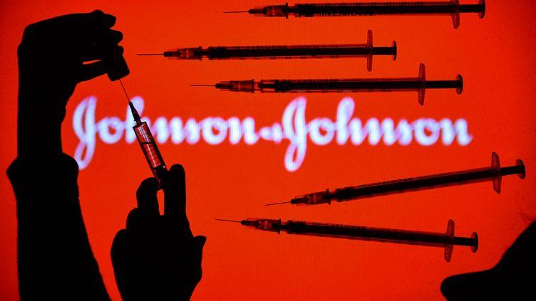 Le logo du laboratoire Johnson & Johnson, le 5 février 2021 à Dublin (Irelande). (ARTUR WIDAK / NURPHOTO / AFP)