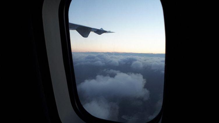 Vue d'un hublot et de l'aile d'un avion. (NATHALIE COL / FRANCE-BLEU LIMOUSIN)