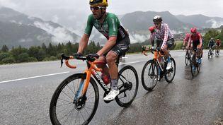 Sonny Colbrelli et Wout Poels lors de la 9e étape du Tour de France 2021. (GUILLAUME HORCAJUELO / EPA / AFP)