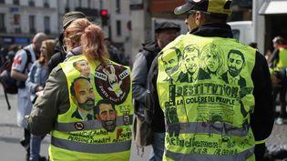 """Deux """"gilets jaunes"""" attendent le début de la manifestation à Montparnasse, à Paris, le 1er mai 2019. (ZAKARIA ABDELKAFI / AFP)"""