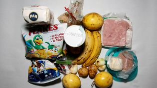 Une famille vénézuélienne expose la nourriture qui lui reste, alors que le (CARLOS GARCIA RAWLINS / REUTERS)