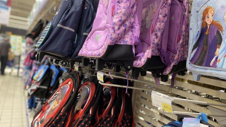 Les sacs à dos et cartables peuvent coûter jusqu'à 40 à 50 euros en magasin, contre une vingtaine d'euros d'occasion. Ils sont parmi les produits les plus prisés sur les sites de revente. (DELPHINE-MARION BOULLE / RADIO FRANCE)