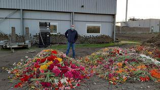 Guillaume Froger devant quelques unes des milliers de fleurs qu'il doit jeter chaque jour. (ALAIN GASTAL / RADIO FRANCE)