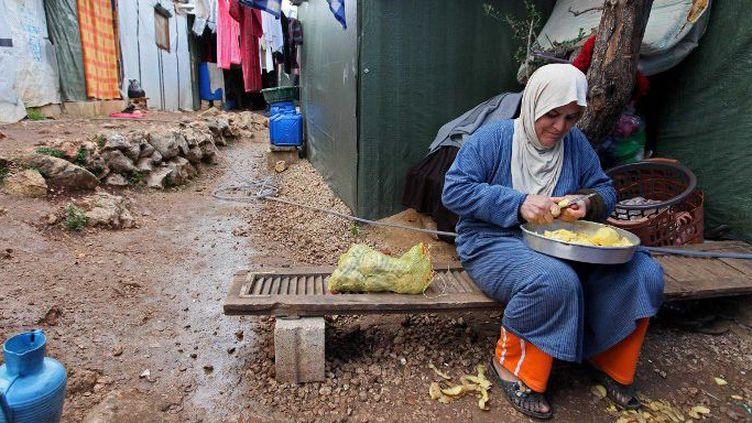 Une femme prépare le repas dans un camp de réfugiés syriens au Liban, le 31 décembre 2015. (AFP/Ratib Al Safadi / Anadolu Agency)