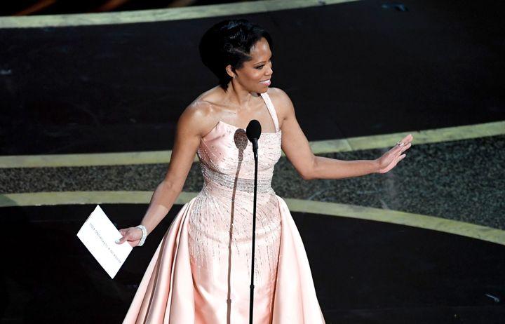 Regina King enrobe Versace rose tendre à encolure asymétrique, avec une seule bretelle et un corsage brillant argenté.92e cérémonie des Oscars, dans la nuit du dimanche 9 au lundi 10 février à Los Angeles. (KEVIN WINTER / GETTY IMAGES NORTH AMERICA)