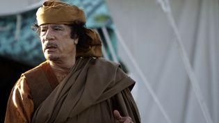 L'ancien leader libyen Mouammar Kadhafi dans le jardin de sa résidence de Bab-al-Aziziya à Tripoli (Libye), le 10 avril 2011. (JOSEPH EID / AFP)