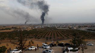 De la fumée s'échappe de Ras Al-Ain (Syrie), à la frontière turque, le 16 octobre 2019. (MURAD SEZER / REUTERS)