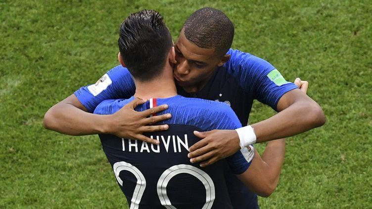 Kylian Mbappé est remplacé par Florian Thauvin lors de la rencontre entre la France et l'Argentine, samedi 30 juin à Kazan (Russie). (SAEED KHAN / AFP)