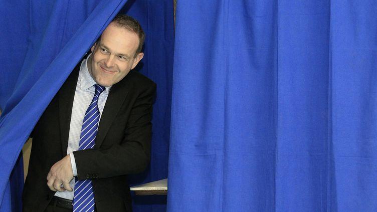 Steeve Briois, secrétaire national du Front national, sort de l'isoloir, le 27 mars 2011, après avoir voté à Hénin-Beaumont (Pas-de-Calais). (PASCAL ROSSIGNOL / REUTERS )