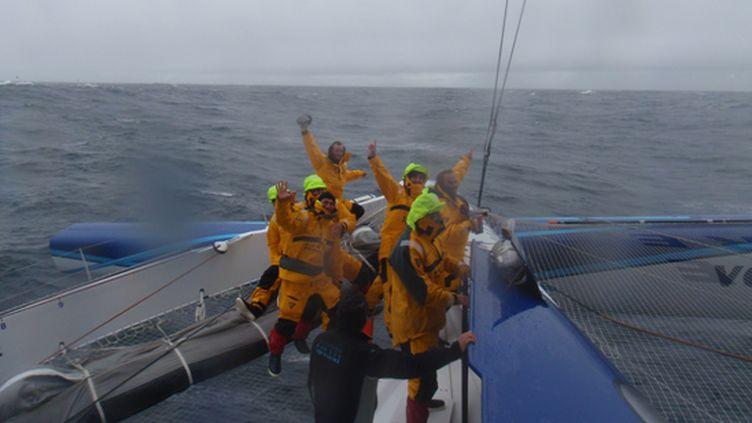 L'équipage de Banque Populaire V au moment du passage au large des iles Kerguelen