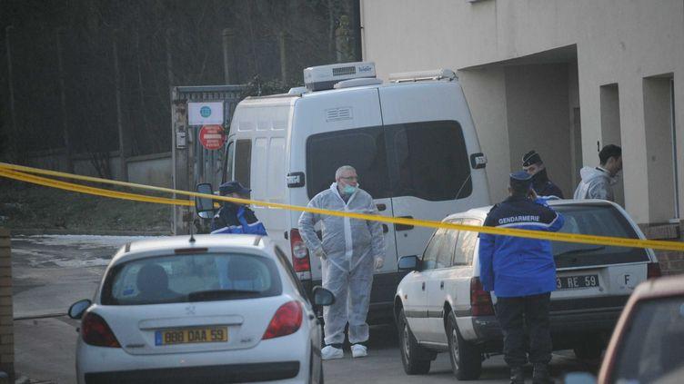 Des gendarmes au domicile du père de famille qui aurait tué ses trois enfants avant de se pendre le 9 février 2012, à Zuydcoote (Nord). (BAYON /VOIX DU NORD / MAXPPP)