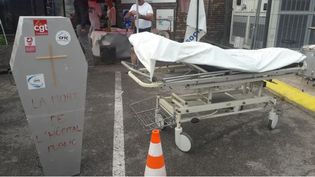 Vendredi 2 août, un piquet de grève sous forme de cercueil a été installé symboliquement devant l'hôpital d'Epinal pour informer les patients. (HERVÉ TOUTAIN/ RADIO FRANCE)