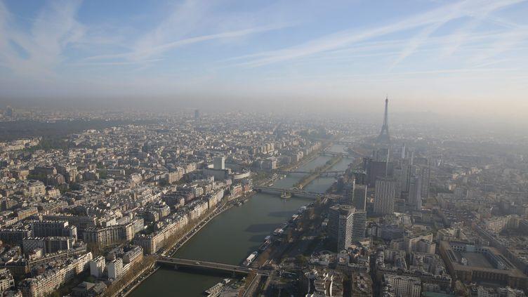 Vue de Paris depuis le ballon d'Airparif, le 24 avril 2013. ( MAXPPP)