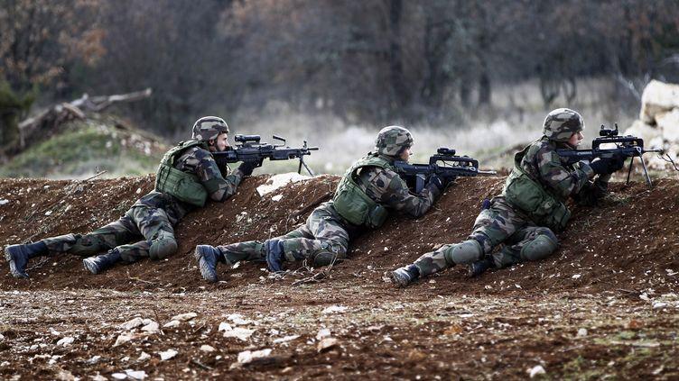 Des militaires ffrançais à l'entraînement au tir, à Canjuers (Var), le 15 décembre 2010. (CHARLES PLATIAU / POOL)