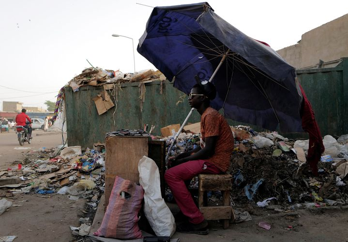 Un vendeur ambulant de téléphonie mobile à N'djamena, le 26 avril 2021. (REUTERS/ZOHRA BENSEMRA)