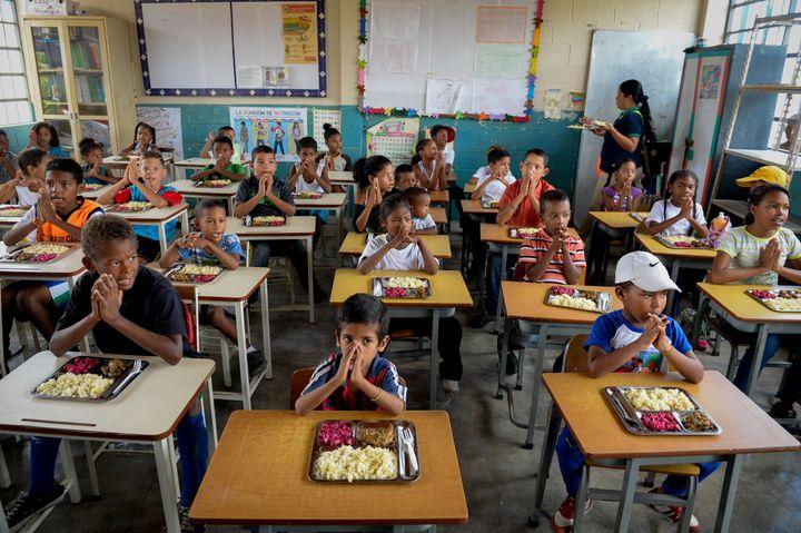 Déjeuner dans une école d'Higuerote (Etat de Miranda),au Venezuela, le 26 août 2016. (FEDERICO PARRA / AFP)