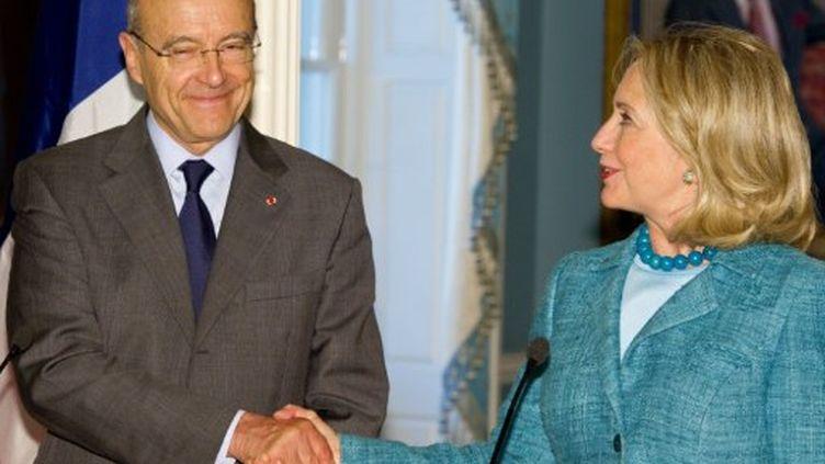 Le Français Alain Juppé et l'Américaine Hillary Clinton, le 6 juin 2011 à Washington. (AFP - Paul J.Richards)