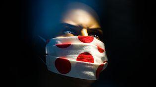 Un masque en tissu sur un mannequin d'une boutique de mode en Pologne le 29 avril 2020 (BEATA ZAWRZEL / NURPHOTO)
