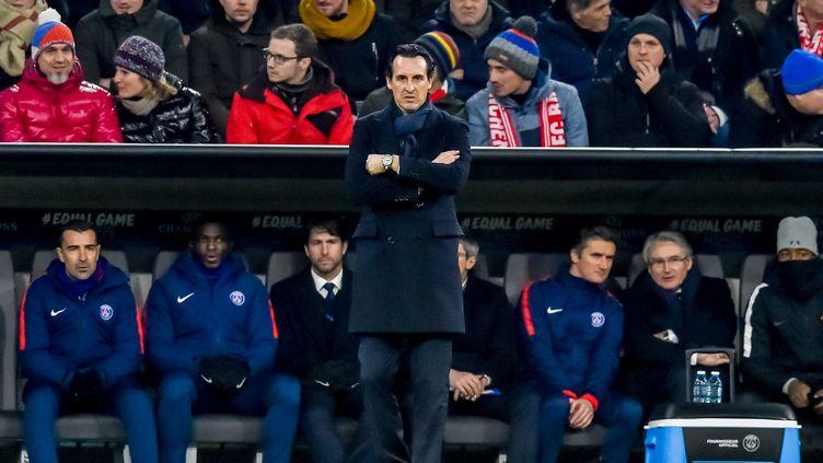 Unai Emery debout devant le banc du PSG et son staff