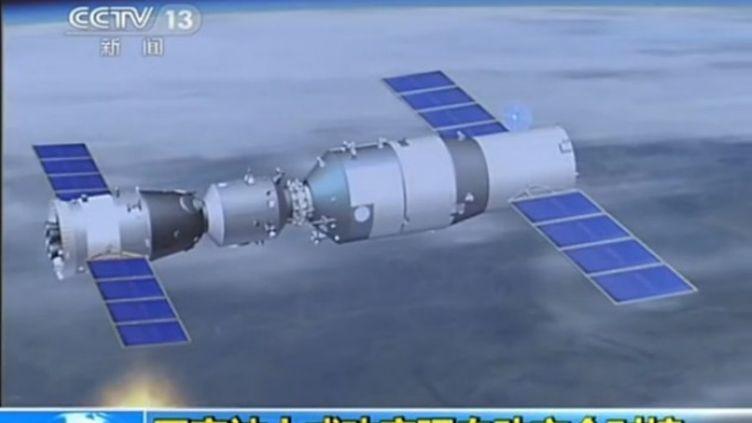Cette capture d'écran de la télévision chinoise montre lacapsule spatiale habitée Shenzhou-10 à quai avec le laboratoire spatial Tiangong- 1, le 13 Juin 2013. (LI JUNFENG / IMAGINECHINA / AFP)