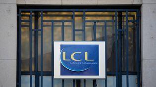 La devanture d'une banque LCL à Périgueux, en Dordogne, le 8 novembre 2020. (ROMAIN LONGIERAS / HANS LUCAS / AFP)