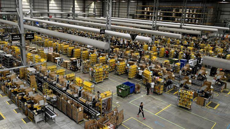 Un centre de distribution Amazon à Peterborough, en Angleterre, le 27novembre 2019. Photo d'illustration (DANIEL LEAL-OLIVAS / AFP)