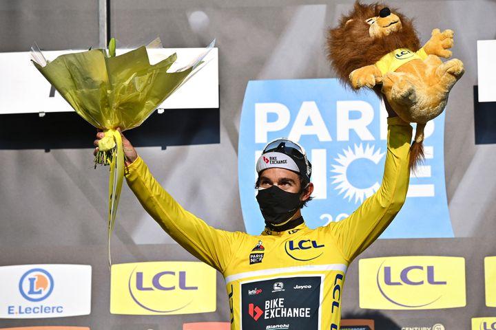 Michael Matthews sur le podium de Paris-Nice après la deuxième étape, le 8 mars 2021. (DAVID STOCKMAN / BELGA MAG / AFP)