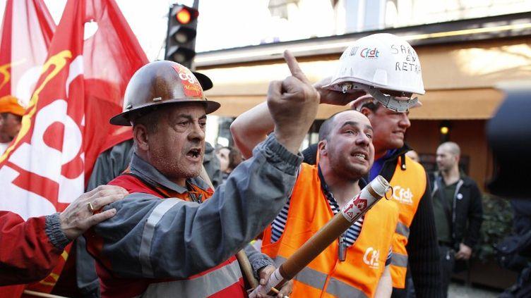 Des ouvriers de l'usine ArcelorMittal de Florange ont manifesté devant le QG de campagne de Nicolas Sarkozy, à Paris, jeudi 15 mars 2012. (THOMAS SAMSON / AFP)