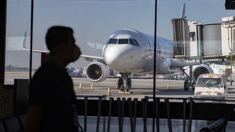 """""""On estime qu'on est au moins 700 voyageurs européens coincés ici à Santiago, en tout cas au Chili."""", témoigne Laurent, retraité mulhousien. (MARTIN BERNETTI / AFP)"""