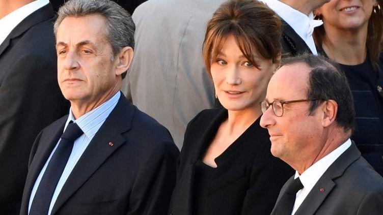 Nicolas Sarkozy, Carla Bruni et François Hollande lors de l'hommage rendu à Charles Aznavour, le 5 octobre 2018 à Paris. (ERIC FEFERBERG / AFP)