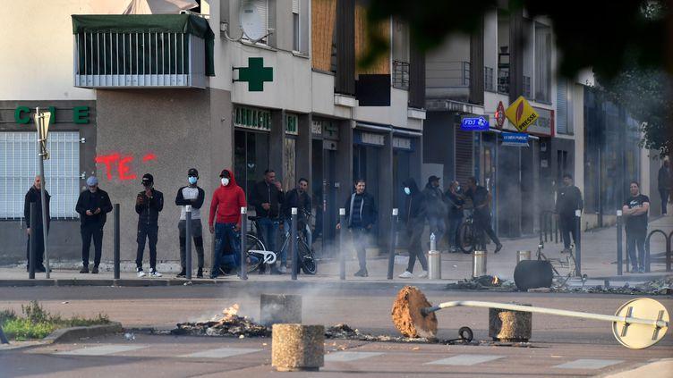 Des habitantsdevant les dégradations après les violences, le 15 juin 2020, à Dijon (Côte-d'Or). (PHILIPPE DESMAZES / AFP)
