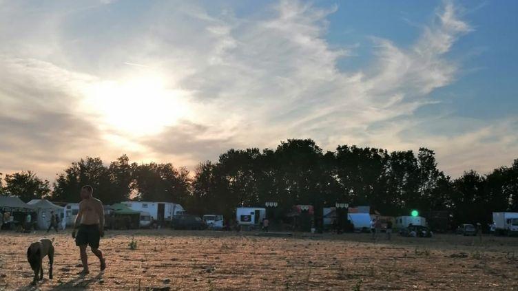 Après à peine deux jours de présence sur le site de Saint-Parize-le-Chatel, les fêtards ont quitté les lieux vers 18h ce lundi 13 juillet. (Victor Vasseur FRANCEINFO / RADIOFRANCE)