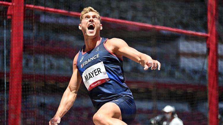 Le décathlonien français, vice-champion olympique en titre, Kevin Mayer ici à l'occasion du lancer du disque, jeudi 5 août. (ANDREJ ISAKOVIC / AFP)